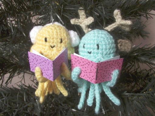 Caroling jellyfishes amigurumi ornament