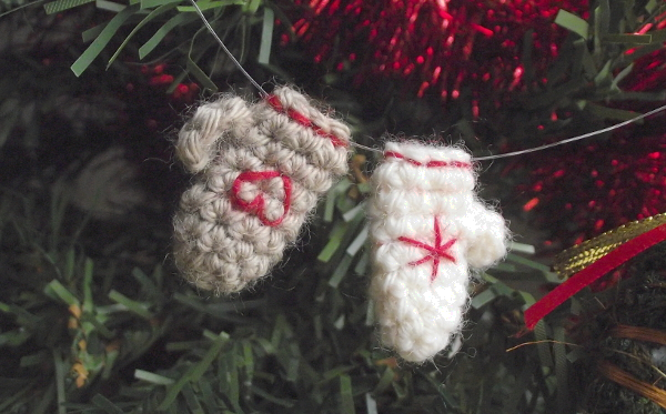 Tiny mittens ornaments – Free crochet pattern